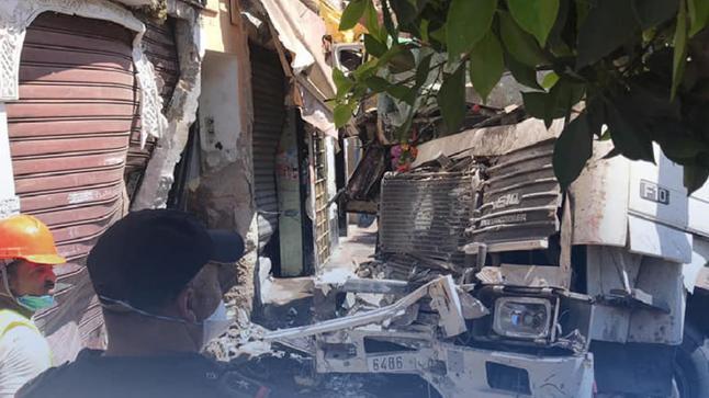 إصابة سائق شاحنة بجروح خفيفة في حادث اصطدام بمحل تجاري بالدار البيضاء