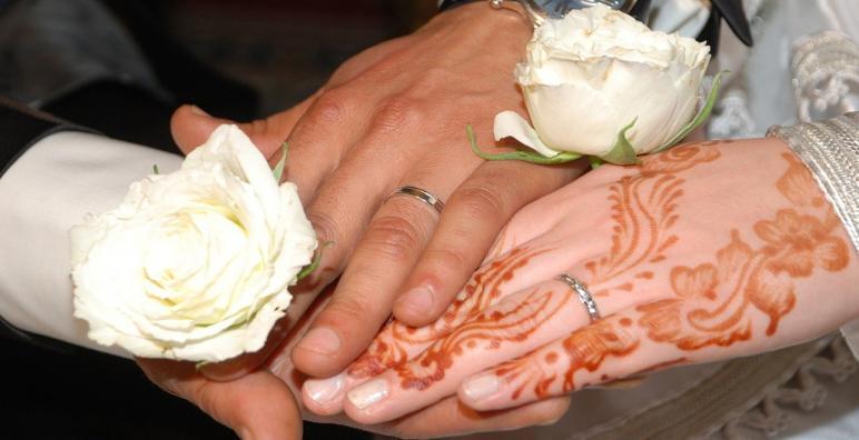 السلطات المحلية تعتقل عروسين أقاما زفافا رغم قيود كورونا