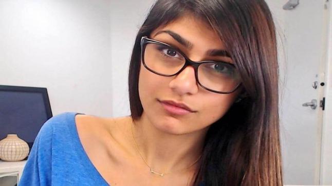 """ميا خليفة تقرر بيع """"نظاراتها الشهيرة"""" لمساعدة ضحايا لبنان"""