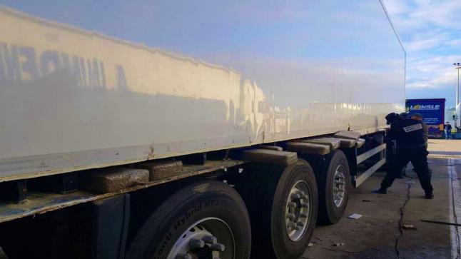إحباط تهريب 1.2 طن من الشيرا على متن شاحنة للنقل الدولي بميناء طنجة