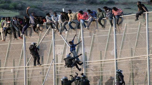 مهاجرون غير شرعيون يعبرون السياج الحدودي إلى مليلية