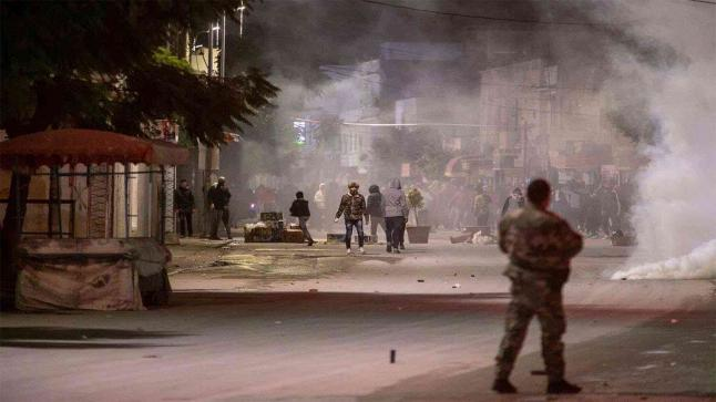 إندلاع مظاهرات عنيفة في تونس ومواجهات بين الشرطة والمحتجين