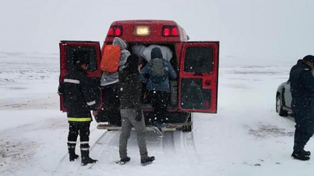 إنقاذ 15 سائحا وسط عاصفة ثلجية بإميلشيل